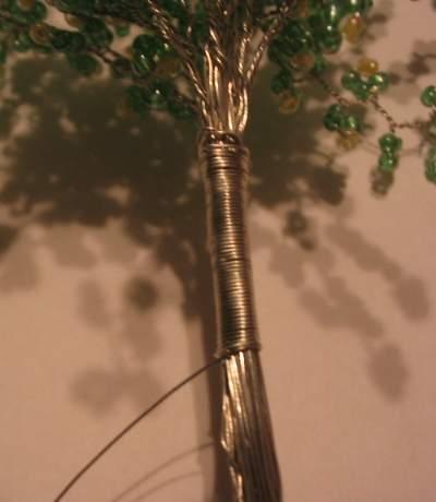 Drôtikom omotáme stromček, dávame si záležať aby to bolo pekné